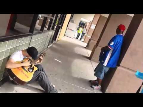 Dos personas al azar se suman a este músico callejero, el resultado fue impresionante.
