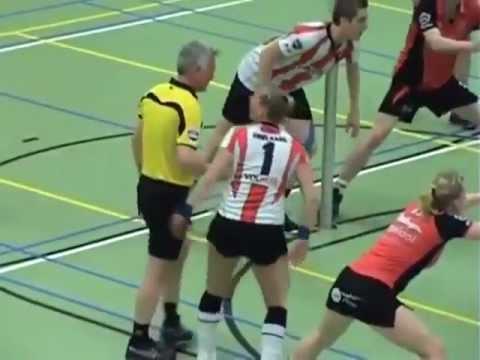 Este arbitro termina en una posición comprometedora…fue un accidente?