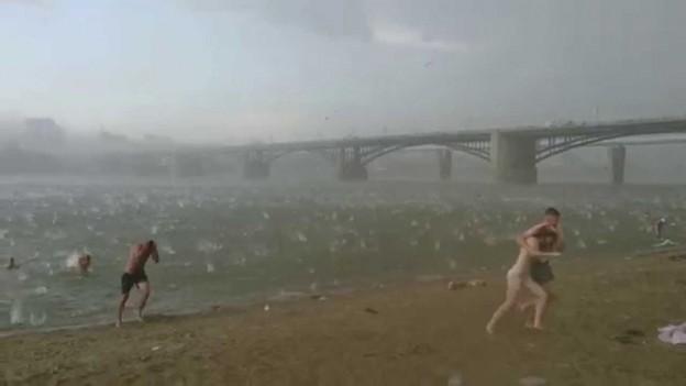 El violento cambio climatico que enfrentaron en esta playa es real !