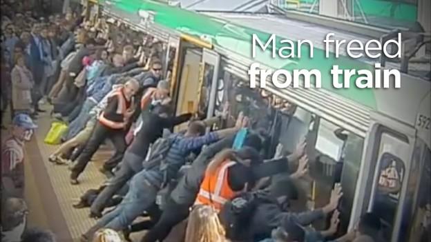 El momento en video en que decenas de personas empujan un tren para liberar a una persona atrapada!
